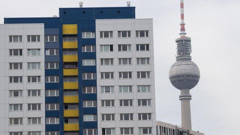Zahlreiche Wohnungen sind in Sichtweite des Fernsehturms zu sehen. Foto: Jörg Carstensen/dpa/Archiv