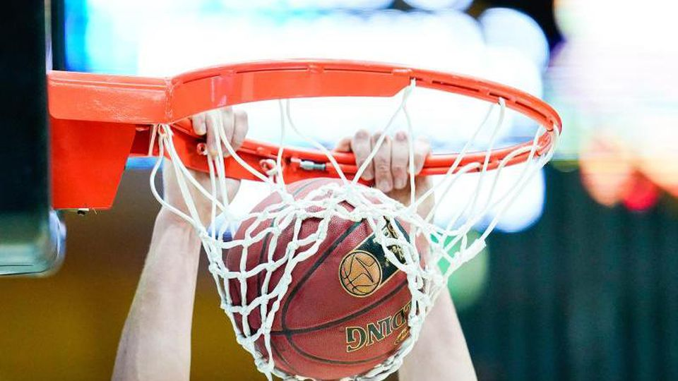 Ein Spieler wirft einen Basketball in den Korb. Foto: Uwe Anspach/dpa/Archivbild/Symbolbild