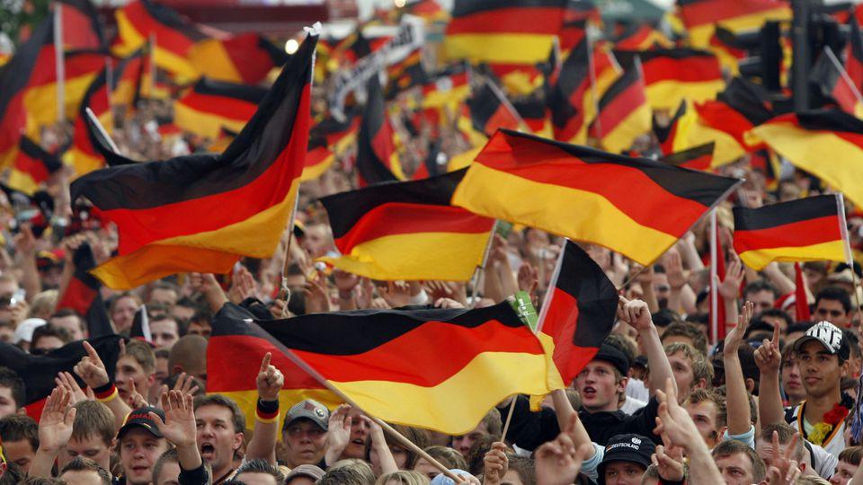 Fußballfans können die EM im Sommer auch in den nächtlichen Ruhezeiten im Freien verfolgen.