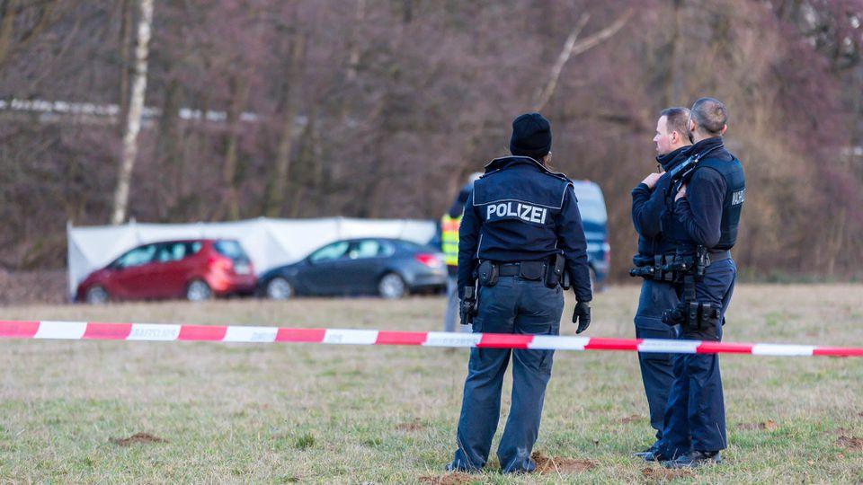 Die Polizei in Niederseelbach hat einen Vater und seine achtjährige Tochter tot in einem Bach gefunden.