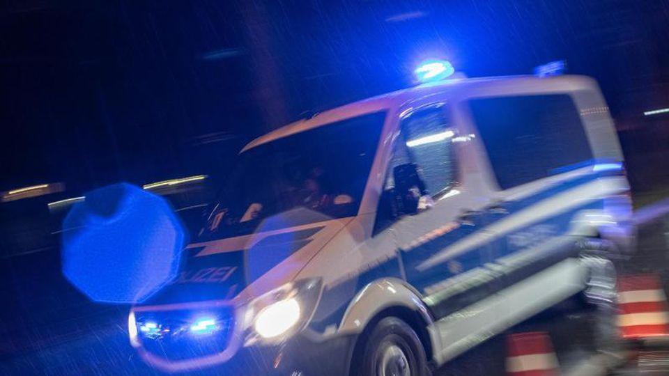 Ein Streifenwagen der Polizei fährt mit Blaulicht im Regen. Foto: Patrick Seeger/dpa/Archivbild