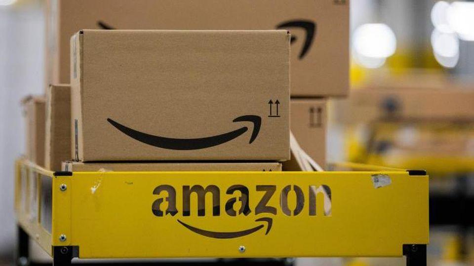 Pakete des Versandhändlers Amazon. Foto: Rolf Vennenbernd/dpa/Archivbild