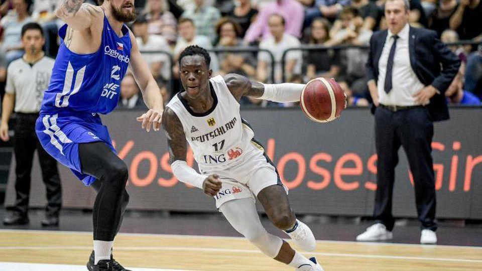 NBA-Profi Dennis Schröder (r) ist der Star im deutschen Team. Foto: Axel Heimken