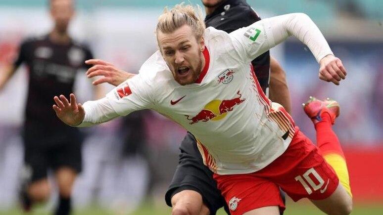 Leipzigs Mittelfeldspieler Emil Forsberg geht bei einem Foul zu Boden. Foto: Jan Woitas/dpa-Zentralbild/dpa/Archivbild