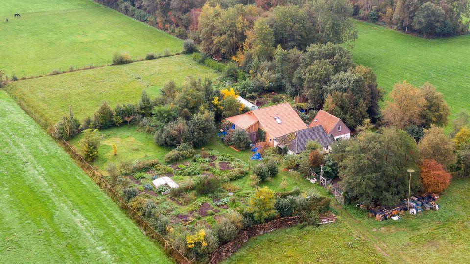 dpatopbilder - 15.10.2019, Niederlande, Ruinerwold: Eine Drohnenaufnahme zeigt den abgelegenen Hof, in dessen Keller eine Familie jahrelang gehaust haben soll. Ein 58-jähriger Mann sei vorläufig festgenommen worden. Nach Berichten des niederländische