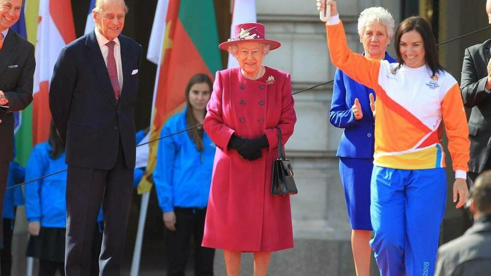 Queen Elizabeth II. in einem ähnlichen Look wie ihn ihre neue Statue in Australien trägt - hier bei dem Termin anlässlich des Commonwealth Days mit Ehemann Prinz Philip (l.).