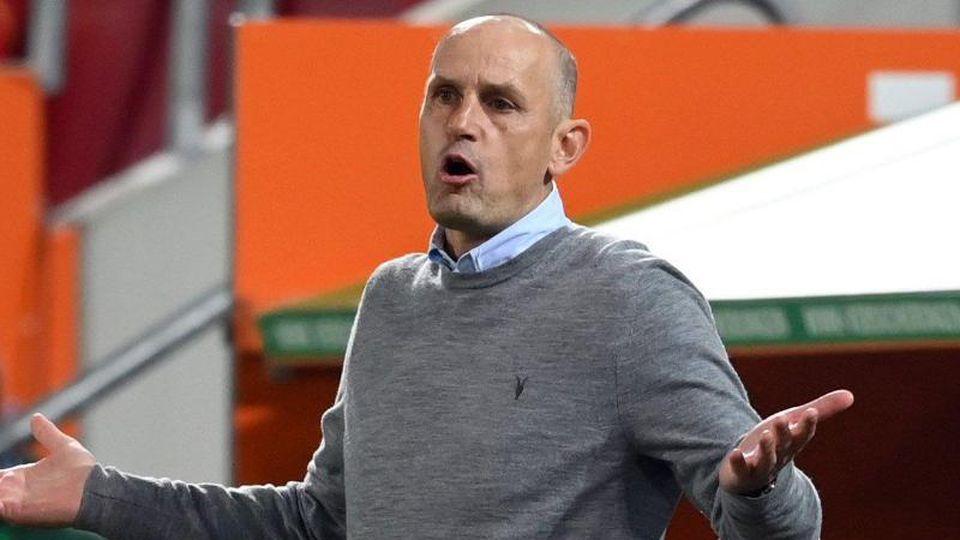 Heiko Herrlich, Trainer von Augsburg, hebt die Hände. Foto: Matthias Hangst/Getty Images Europe/Pool/dpa