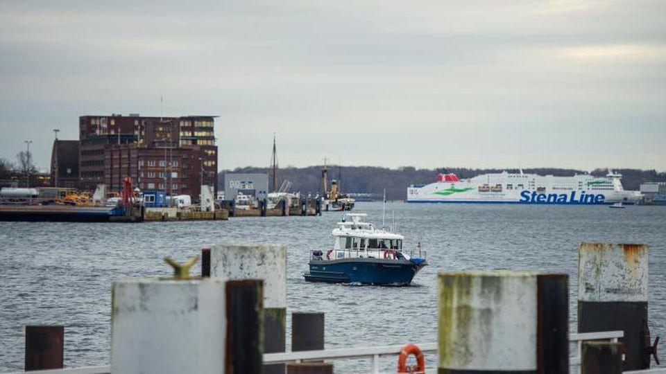 Ein Boot der Wasserschutzpolizei fährt durch die Kieler Förde. Foto: Gregor Fischer/dpa/archiv