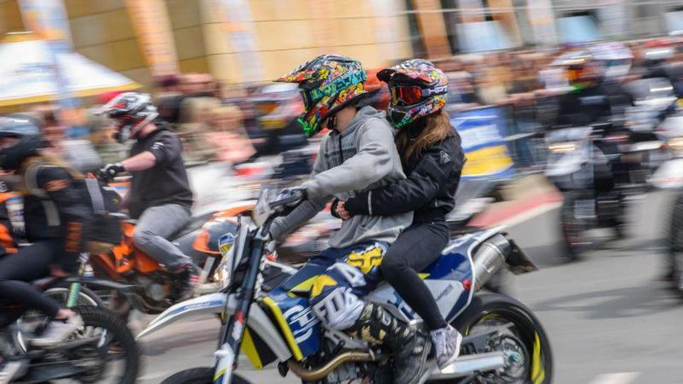 Teilnehmer einer Motorradsternfahrt. Foto: Nicolas Armer/dpa/Archivbild