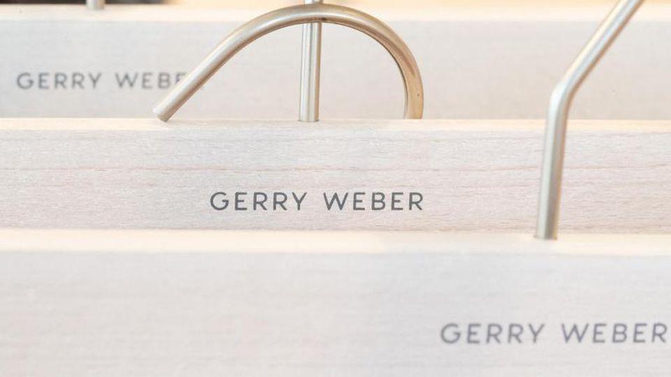 Kleiderbügel des deutschen Modeunternehmens Gerry Weber liegen in einem Showroom. Foto: Friso Gentsch/Archivbild