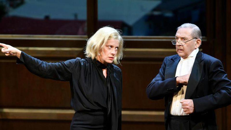 Caroline Peters (Corinna Schaad, l) und André Jung (Pilgrim) in Salzburg auf der Bühne. Foto: Barbara Gindl/APA
