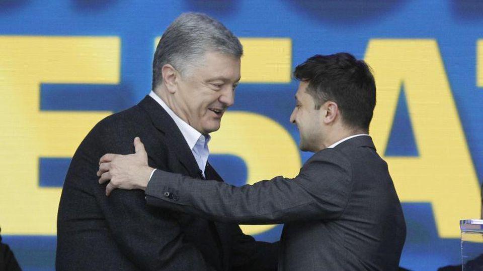 Amtsinhaber Petro Poroschenko (l) schüttelt seinem Herausforderer Wolodymyr Selenskyj die Hand. Foto: Serg Glovny/ZUMA Wire