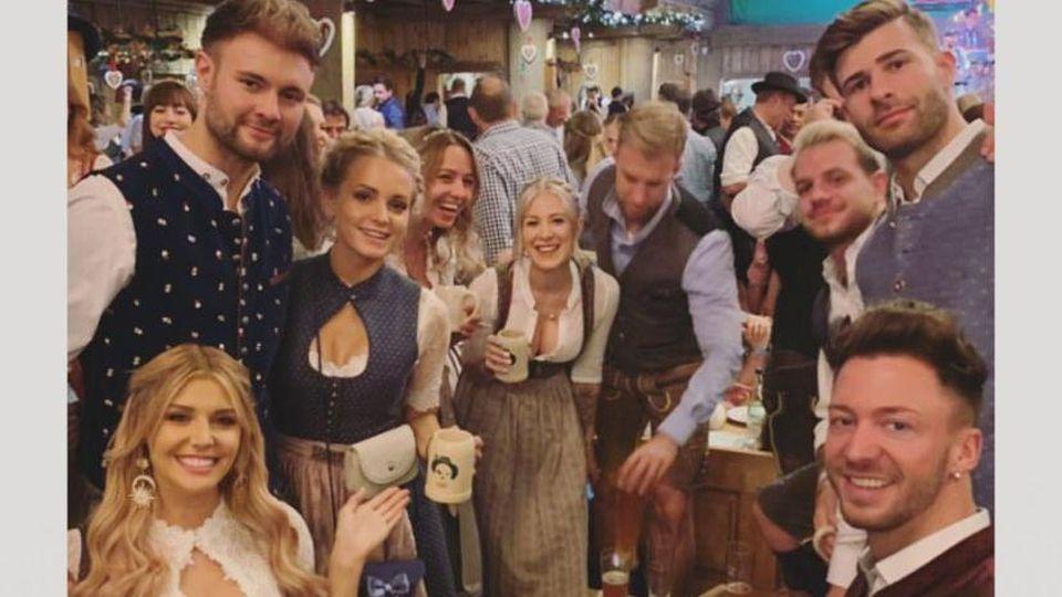 Gerda Lewis feiert Reunion mit ihren Bachelorette-Boys auf der Wiesn.