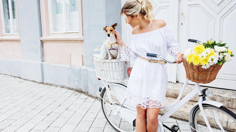 Weiße Spitzenkleider mit Volants sind ein Kleidertrend für diesen Sommer.