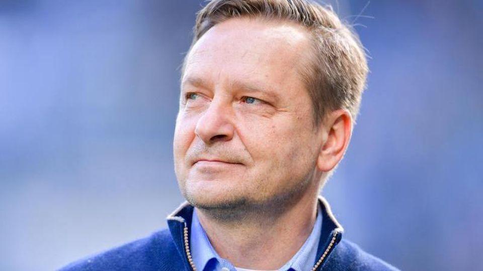Horst Heldt, Kölns Geschäftsführer Sport, steht vor Spielbeginn auf dem Spielfeld. Foto: Uwe Anspach/dpa/Archivbild