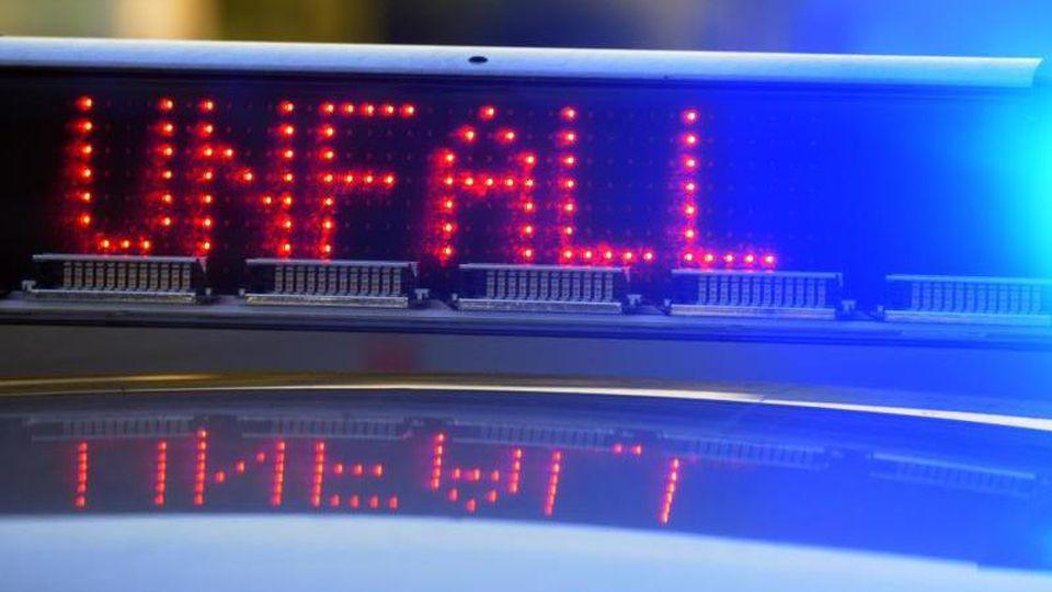 Ein Polizeifahrzeug an einer Unfallstelle. Foto: Stefan Puchner/dpa/Symbolbild
