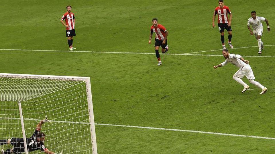 Sergio Ramos (r) traf für Real Madrid per Elfmeter zum Sieg. Foto: Alvaro Barrientos/AP/dpa