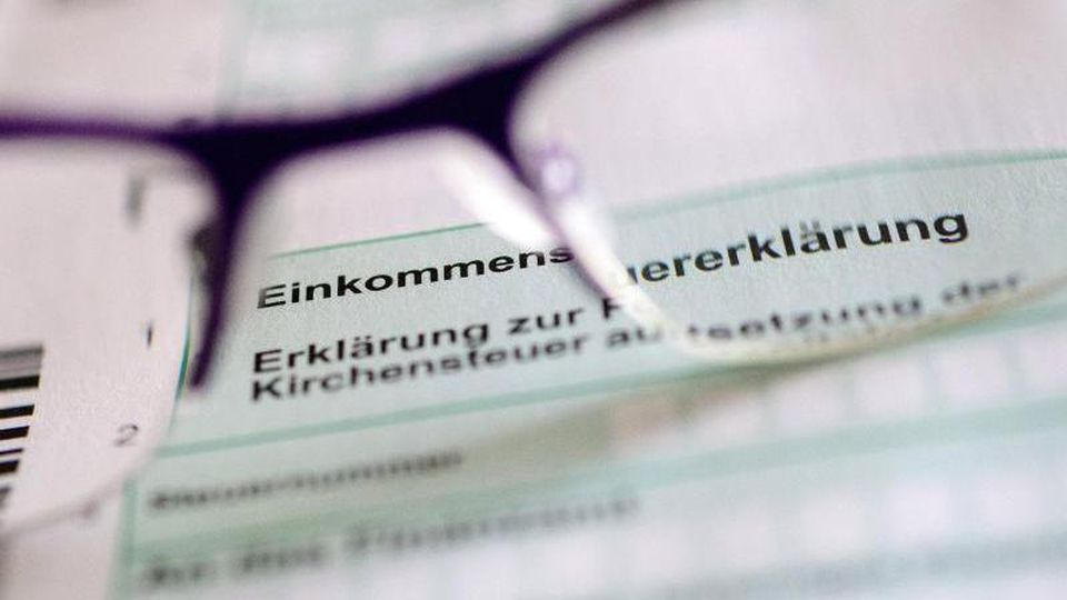 """Der Schriftzug """"Erklärung zur Kirchensteuer"""" auf einem Formular der Steuererklärung. Foto: Hans-Jürgen Wiedl/dpa-Zentralbild"""