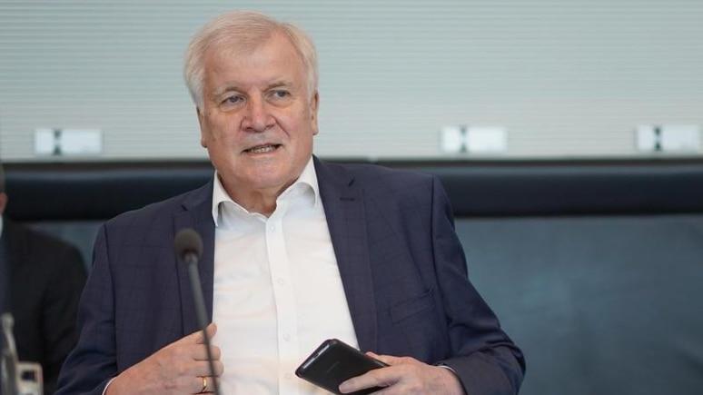 Horst Seehofer (CSU), Bundesinnenminister, kommt zur Sitzung des Bundestags-Innenausschusses. Foto: Jörg Carstensen/dpa