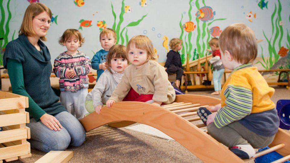 Kinder der Kneipp-Kita im brandenburgischen Buckow (Märkische Schweiz) nehmen am Dienstag (19.01.2010) an der Bewegungsförderung nach Pikler-Hengstenberg teil.