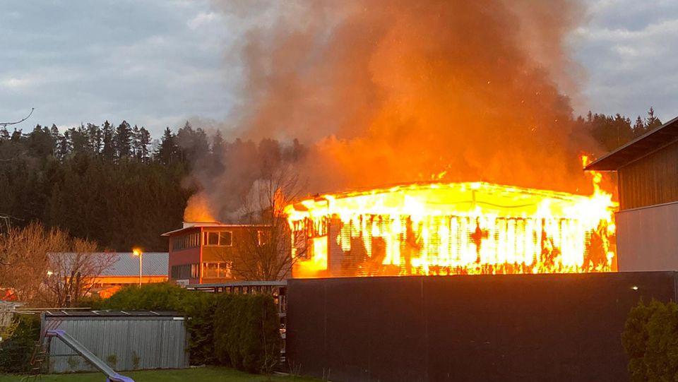 Auch am eigenen Haus können Funken zu Bränden führen, die auf den angrenzenden Wald  überspringen