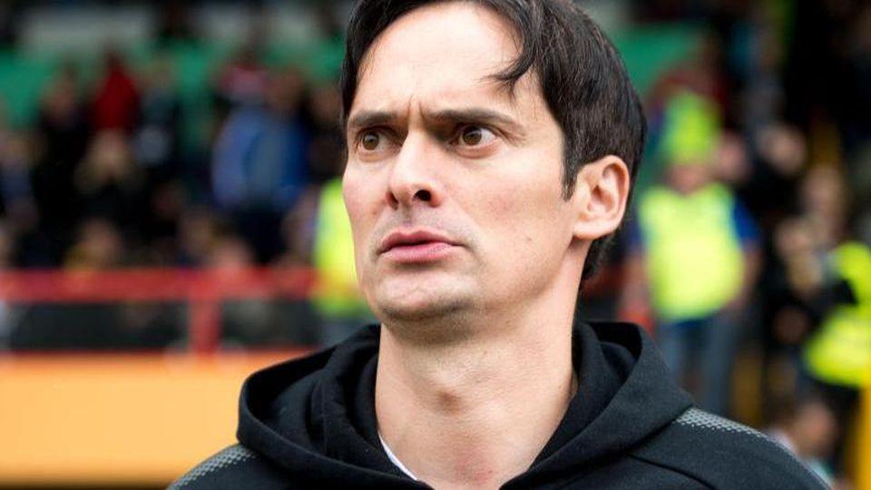 HFC-Trainer Florian Schnorrenberg steht vor Spielbeginn im Stadion. Foto: Marius Becker/dpa/Archivbild