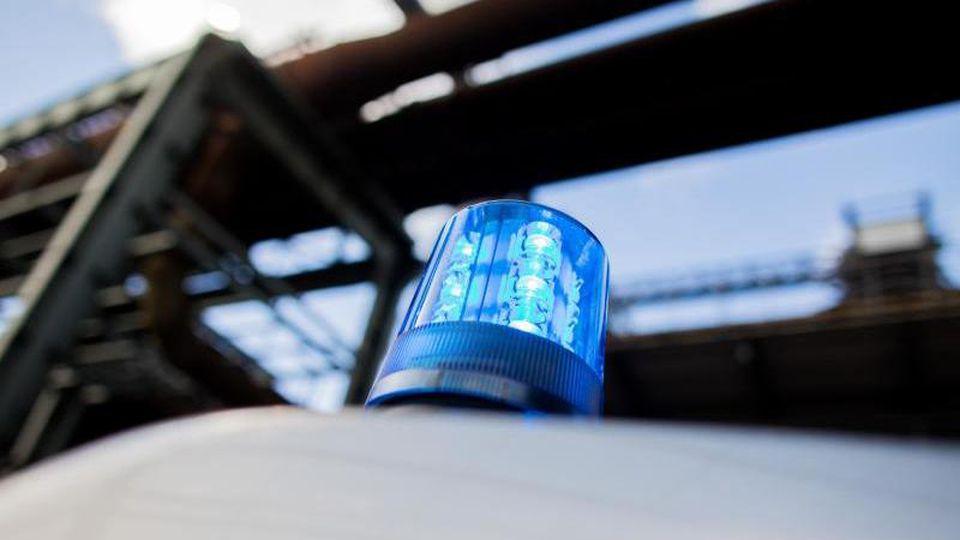 Ein Polizeifahrzeug mit Blaulicht auf dem Dach. Foto: Rolf Vennenbernd/Archiv