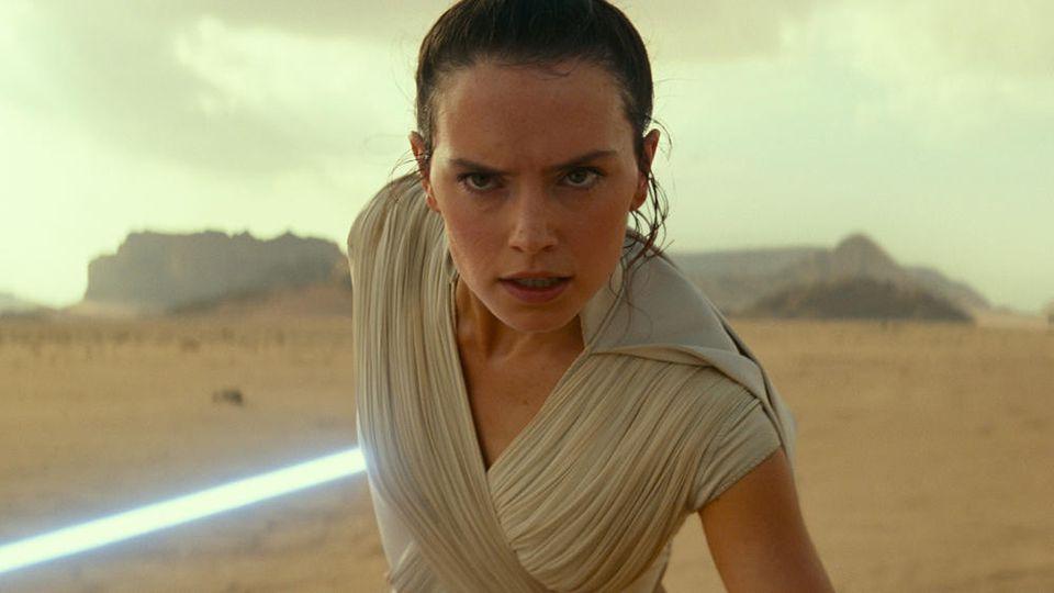 """Rey (Daisy Ridley) bekommt es in """"Star Wars: Der Aufstieg Skywalkers"""" wohl nicht nur mit ihrem Erzfeind Kylo Ren zu tun"""