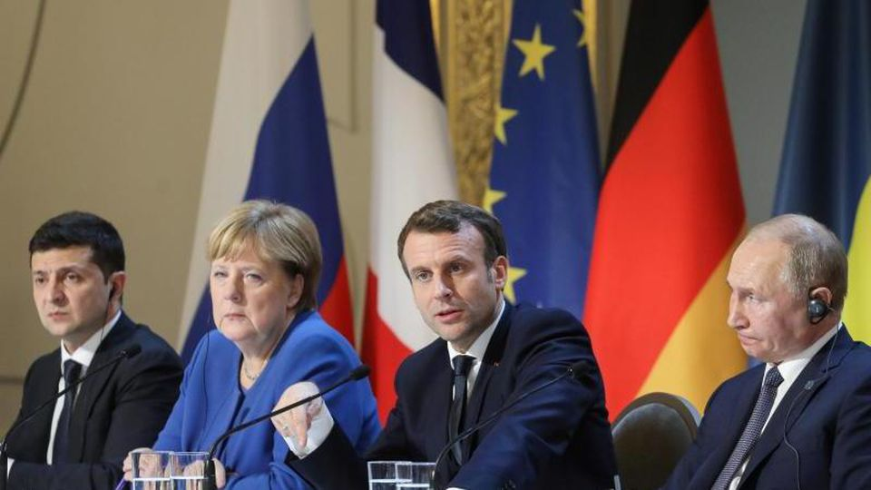 Der ukrainische Präisdent Selenskyj (l-r), Kanzlerin Merkel, Frankreichs Präsident Macron und Kremlchef Putin im Élyséepalast. Foto: Ludovic Marin/AFP Pool/AP/dpa