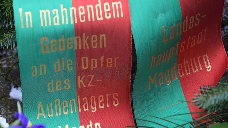 """Schleife mit der Aufschrift """"In mahnendem Gedenken an die Opfer des KZ-Außenlagers Magda Landeshauptstadt Magdeburg"""". Foto: Jens Wolf/dpa-Zentralbild/Archiv"""