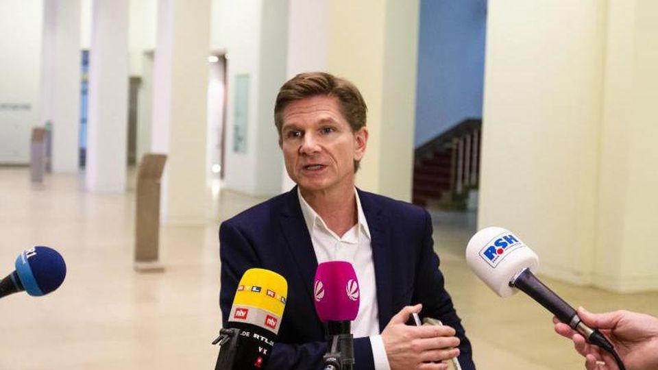 Heiner Garg (FDP) spricht während eines Interviews. Foto: Frank Molter/dpa/Archivbild