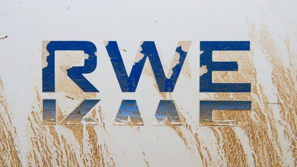 An einem Auto klebt das Logo von RWE. Foto: Christophe Gateau/dpa/Symbolbild