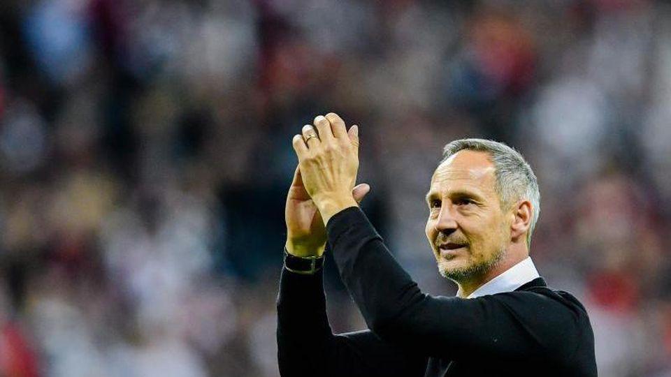 Adi Hütter, Trainer von EintrachtFrankfurt, klatscht in die Hände. Foto: Uwe Anspach