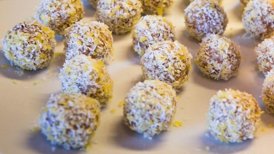 Kokos-Süßkram ist doch einfach lecker, oder? Diese Bounty-Balls sind jedenfalls der Hammer