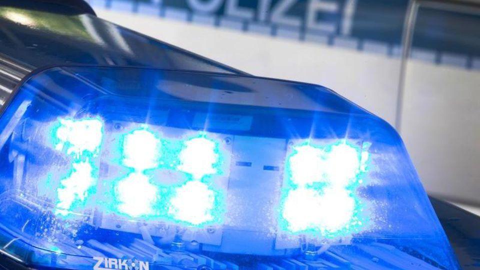 Ein Blaulicht leuchtet auf dem Dach einer Polizeistreife. Foto: Friso Gentsch/dpa/Archivbild