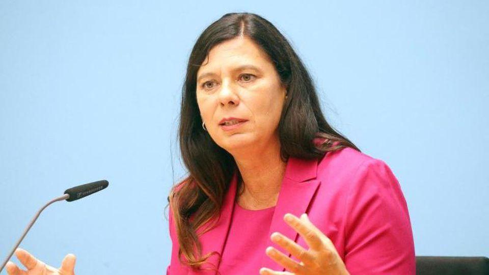 Sandra Scheeres (SPD) bei einer Pressekonferenz. Foto: Wolfgang Kumm/dpa/Archivbild