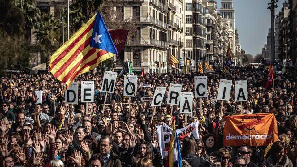 Befürworter der katalanischen Unabhängigkeit nehmen an dem Protest gegen den Separatistenprozess in Barcelona teil. Foto: Matthias Oesterle/ZUMA Wire