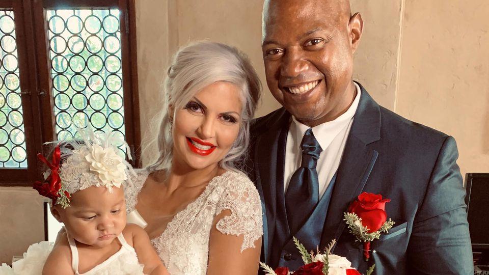 Sophia und ihr frischgebackener Ehemann Dan strahlen bei der standesamtlichen Hochzeit über beide Ohren.