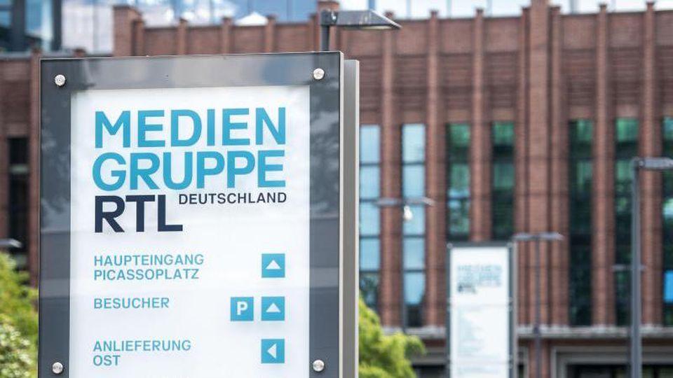 Ein Schild weist auf den Sitz der Mediengruppe RTL hin. Foto: Marius Becker/dpa/Archivbild