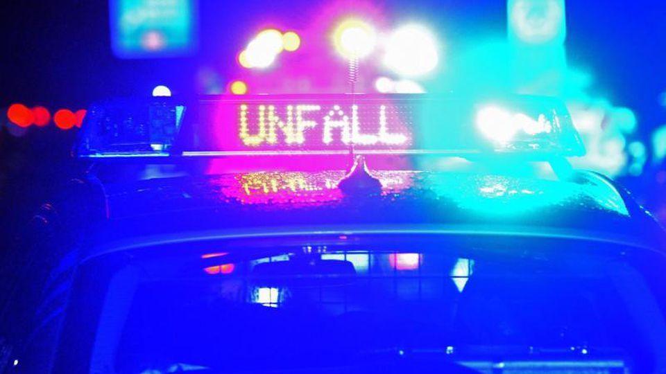 """Der Schriftzug """"Unfall"""" leuchtet an einem Streifenwagen. Foto: Stefan Puchner/dpa/Symbolbild"""