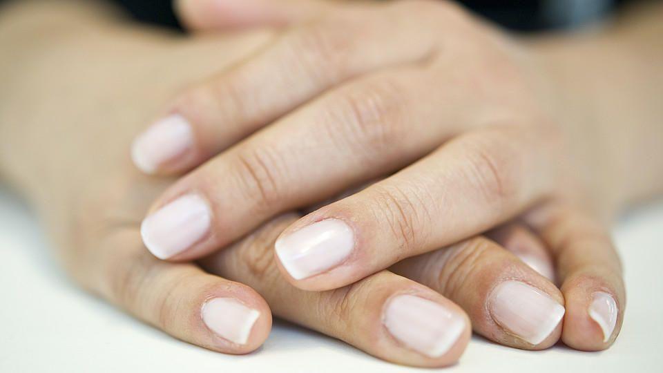 Fingernagel eingerissen: Was tun