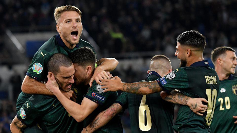 Jorginho of Italy celebrates with Ciro Immobile , Marco Verratti, Lorenzo Insigne and Leonardo Bonucci after scoring on