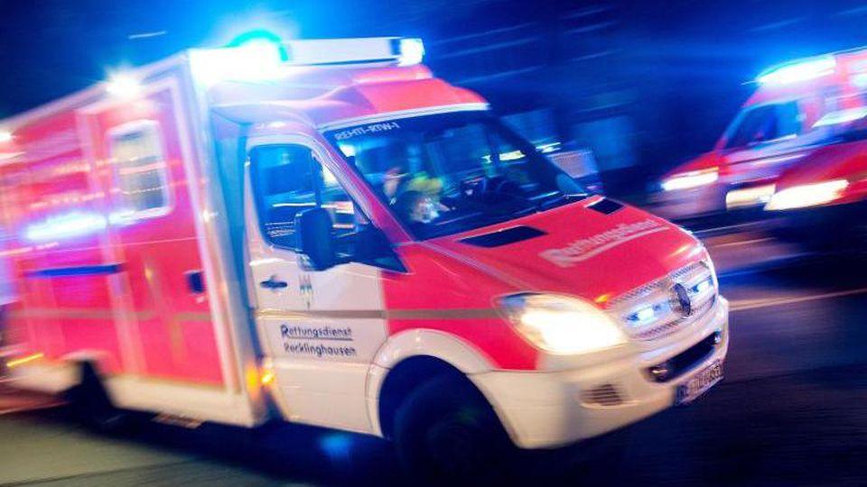 Ein Rettungswagen ist mit Blaulicht im Einsatz. Foto: picture alliance/Marcel Kusch/dpa/Illustration