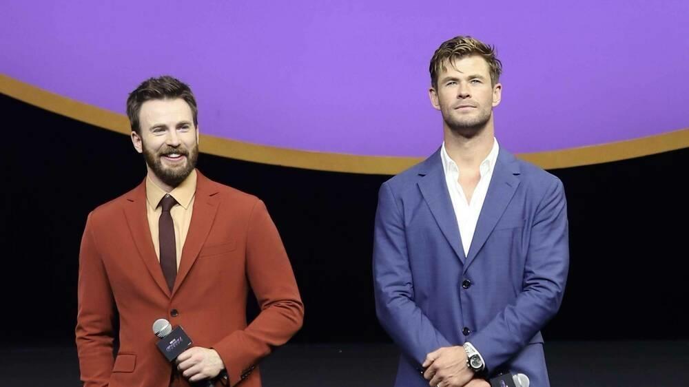 Chris Hemsworth (r.) gratuliert Chris Evans auf ungewöhnliche Weise zum Geburtstag.