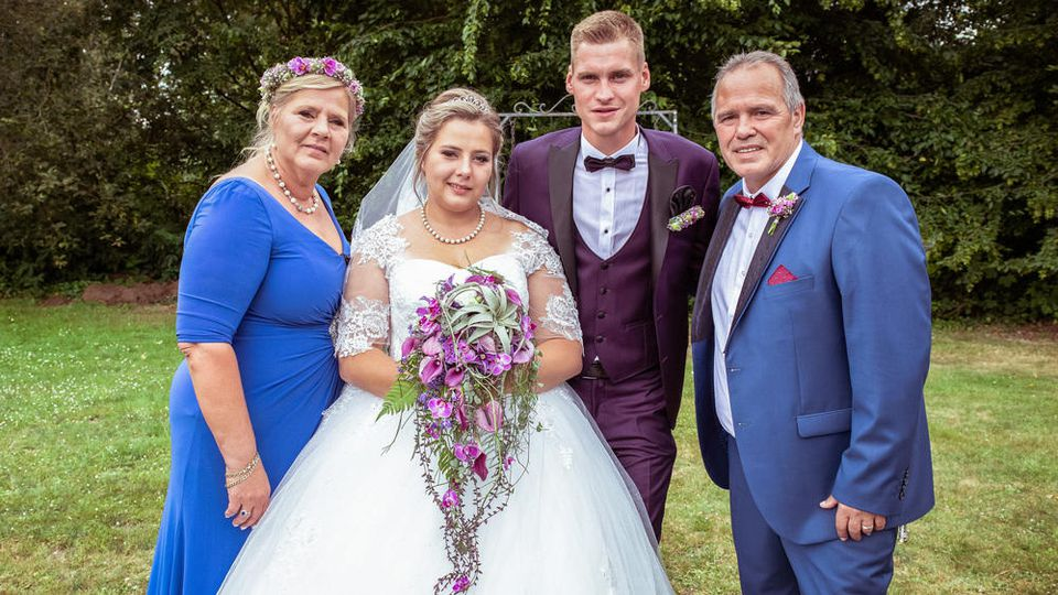 Silvia Wollny und ihr Verlobter Harald nehmen das Brautpaar Sarafina und Peter in die Mitte.