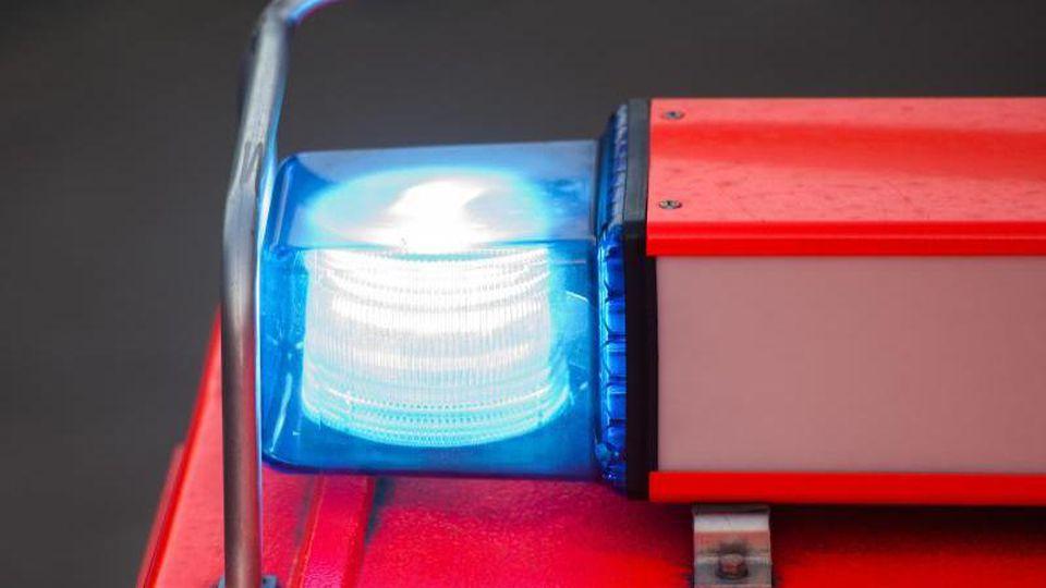 An einem Löschfahrzeug der Feuerwehr leuchtet das Blaulicht. Foto: Daniel Bockwoldt/dpa/Archivbild