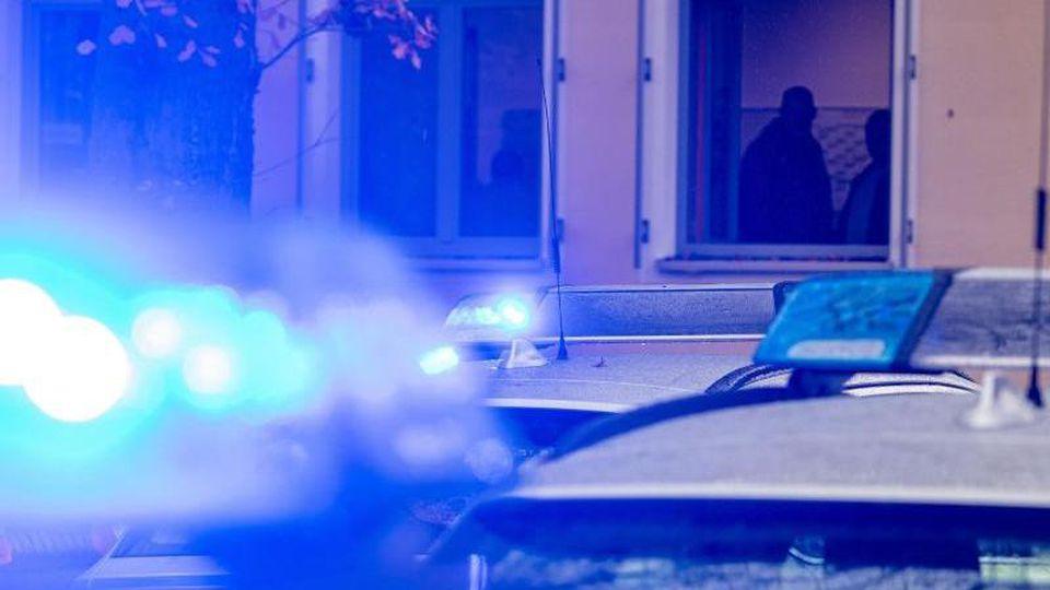 Polizeifahrzeuge stehen mit eingeschaltetem Blaulicht. Foto: Armin Weigel/dpa/Archiv/Symbolbild