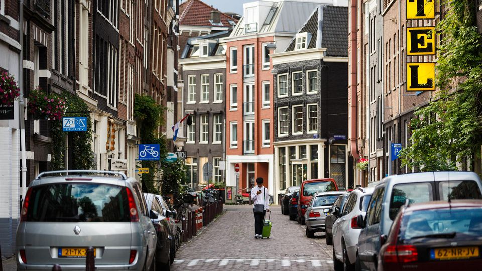 Amsterdam macht aus Anwohnerparkplätzen Grünflächen.