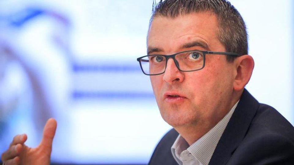 Stephan Lowis, Vorstandsvorsitzender der enviaM, sitzt auf einer Pressekonferenz. Foto: Jan Woitas/dpa-Zentralbild/dpa/Archivbild