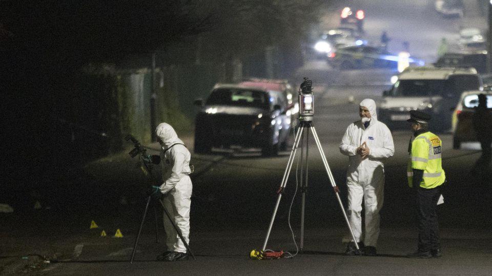Großbritannien, Loughton: Kriminaltechniker untersuchen einen Tatort in der Willingdale Road in der Nähe der Debden Park High School. In der Grafschaft Essex nördlich von London ist ein Mann mit seinem Auto in eine Gruppe von Schülern gerast.